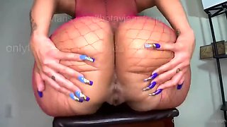 Big Booty plays with her ass