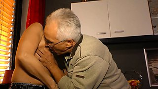 HausFrauFicken - Mature German housewife gets cum on tits