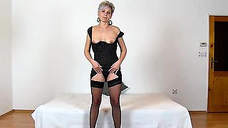 Amateur mom Beate wears fishnet stockings during facesitting