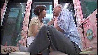 Candid jeune japon être séduit par le vieil homme